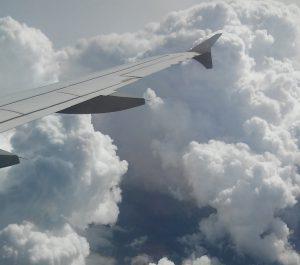 Lennuki tiib pealpool pilvi